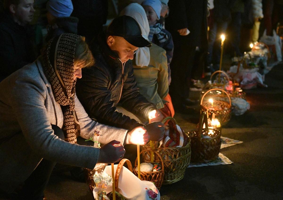 освящение, пасха, кулич, пасхальная корзина ,свеча, люди, ночь