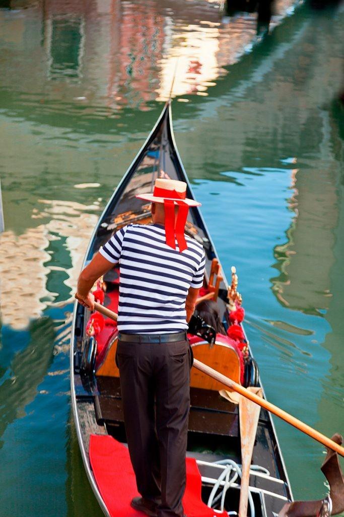 Венеция, гондольер на гондоле