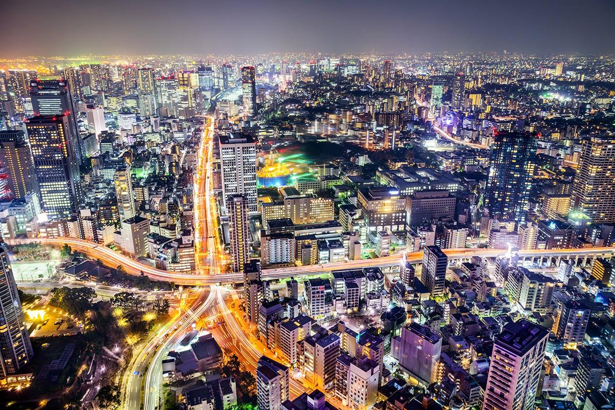 Токио, Япония городской пейзаж и шоссе.