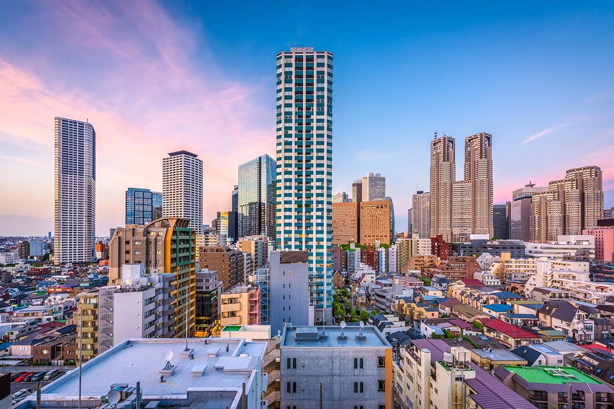 Западный Синдзюку, Токио, Япония финансовый район городского пейзажа над жилыми квартирами.
