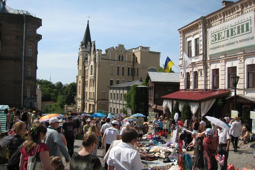 Киев, Андреевская церковь, Андреевский спуск, люди, замок Ричарда