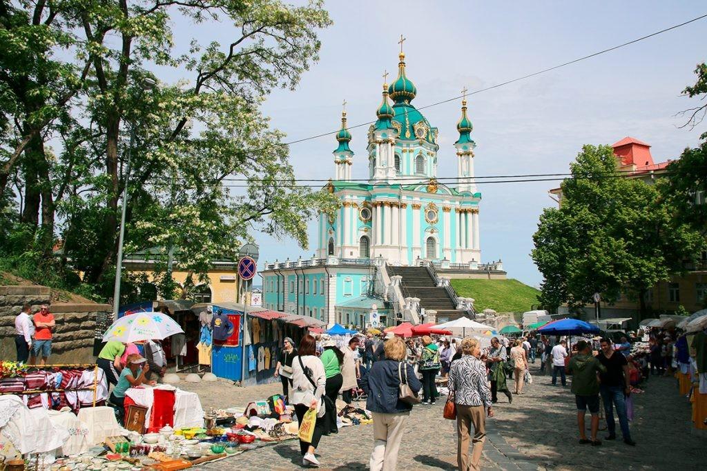 Киев, Андреевская церковь, Андреевский спуск, люди