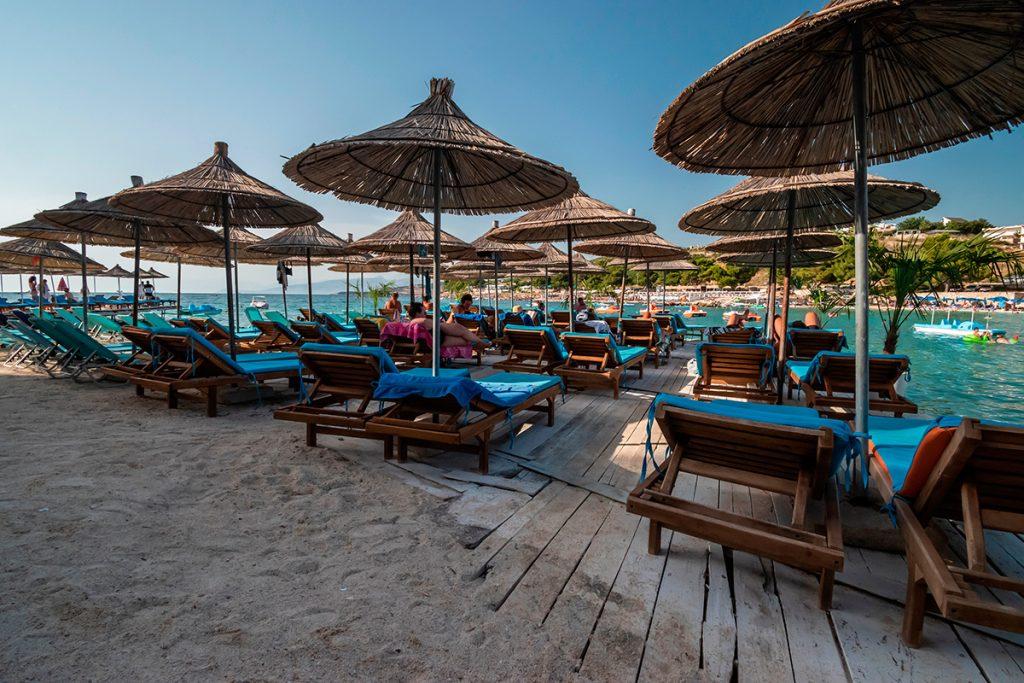 Саранда , Албания, вид, море, пляж, набережная, зонты