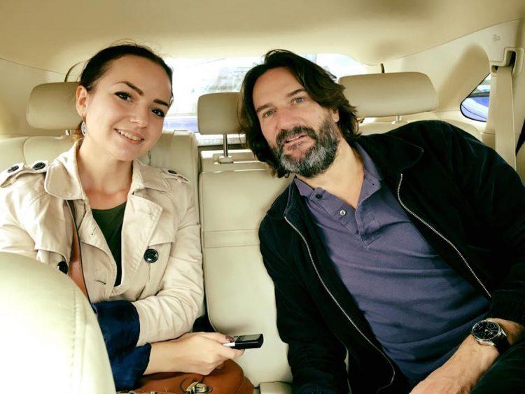 Бегбедер с журналистом в такси автомобиль машина