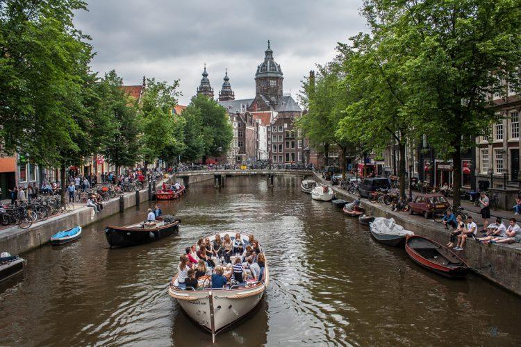 Амстердам Нидерланды канал туристы прогулочная лодка