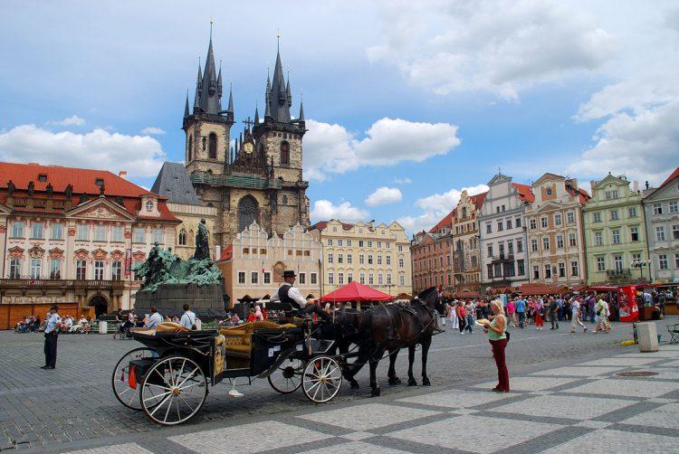 Прага Чехия повозка туристы