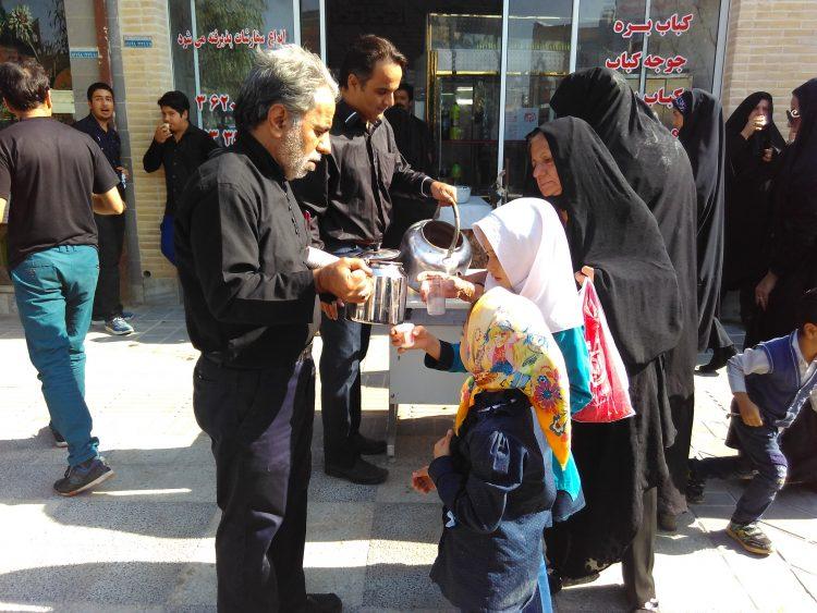 В Иране на Ашуру угощают бесплатным чаем
