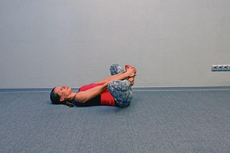 Зарядка в постели: упражнение для таза