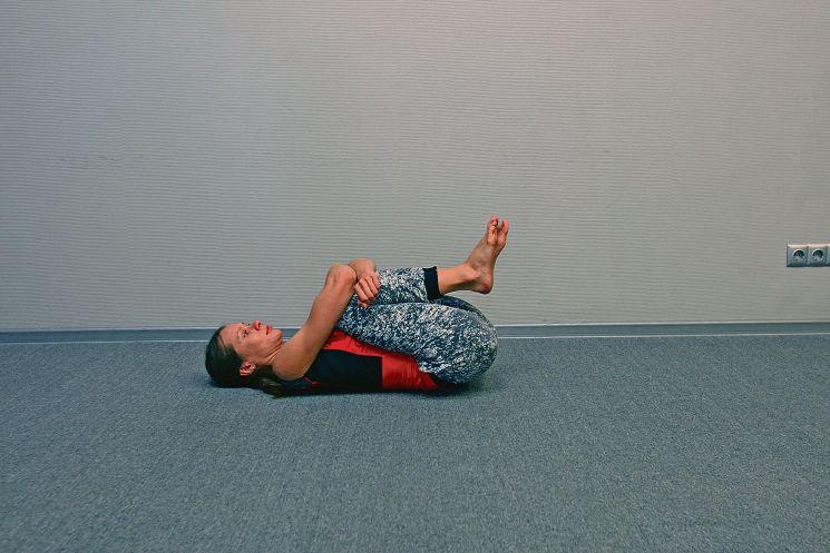 Зарядка в постели: упражнения для бедер