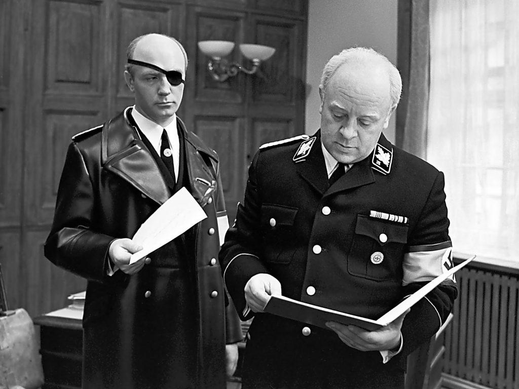 Борман читает отчет подчиненного