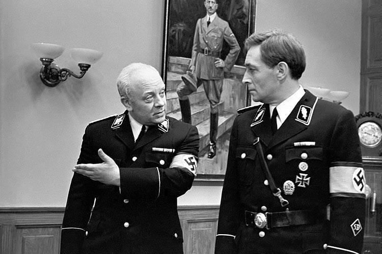 Штирлиц и Борман разговаривают