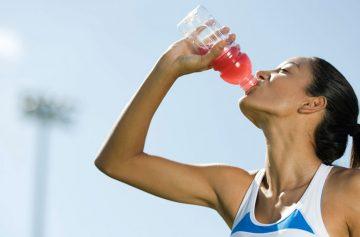 Woman drinking sports drink воды спортивные напитки