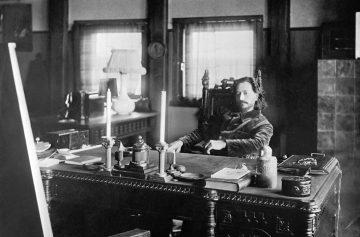 Писатель Леонид Андреев в своем кабинете. 1910 год