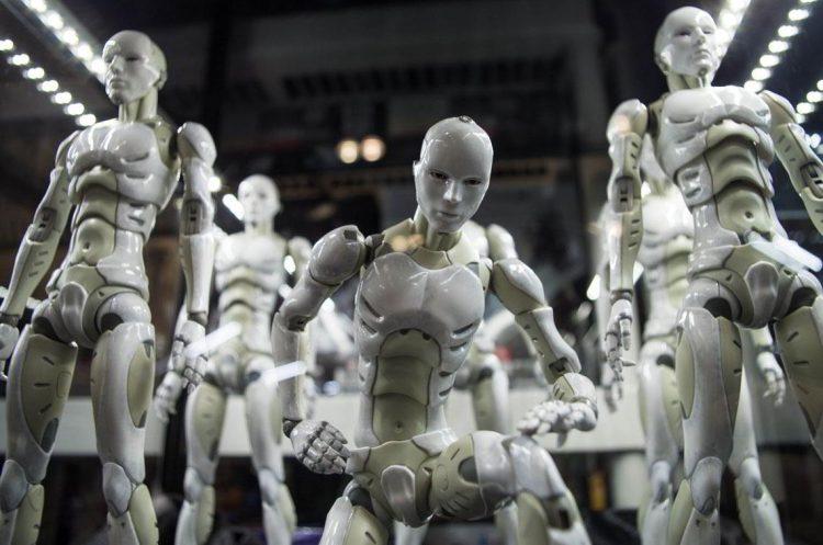 Страхи будущего, много роботов, опасность