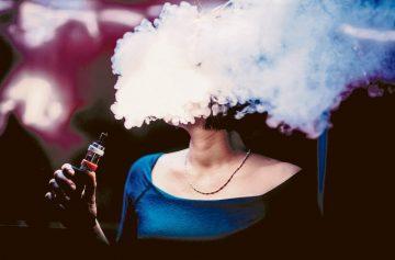 вейп, вейпинг, женщина курит
