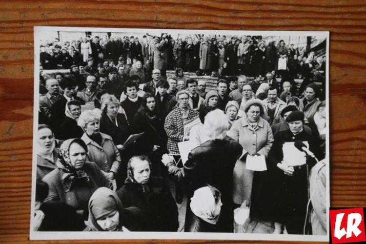 Киево-Печерская лавра, 30 лет возрождения лавры, Первые службы происходили на руинах Успенского собора