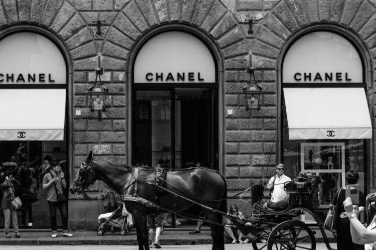 Шанель, история моды, вход в магазин, мода
