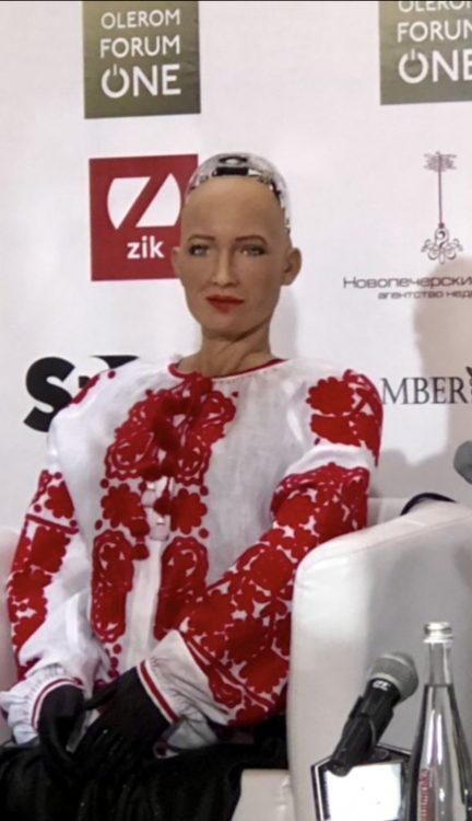 робот София, Киев, вышиванка