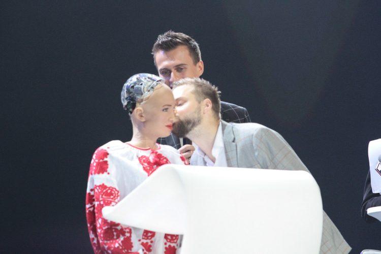 робот софия, киев, олером, поцелуй