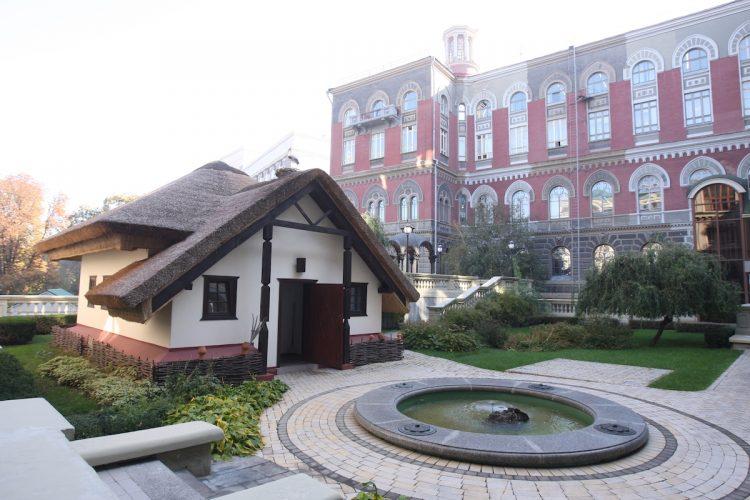 National Bank Of Ukraine NBU Нацбанк Национальный банк Украины НБУ внутренний дворик гостевой домик