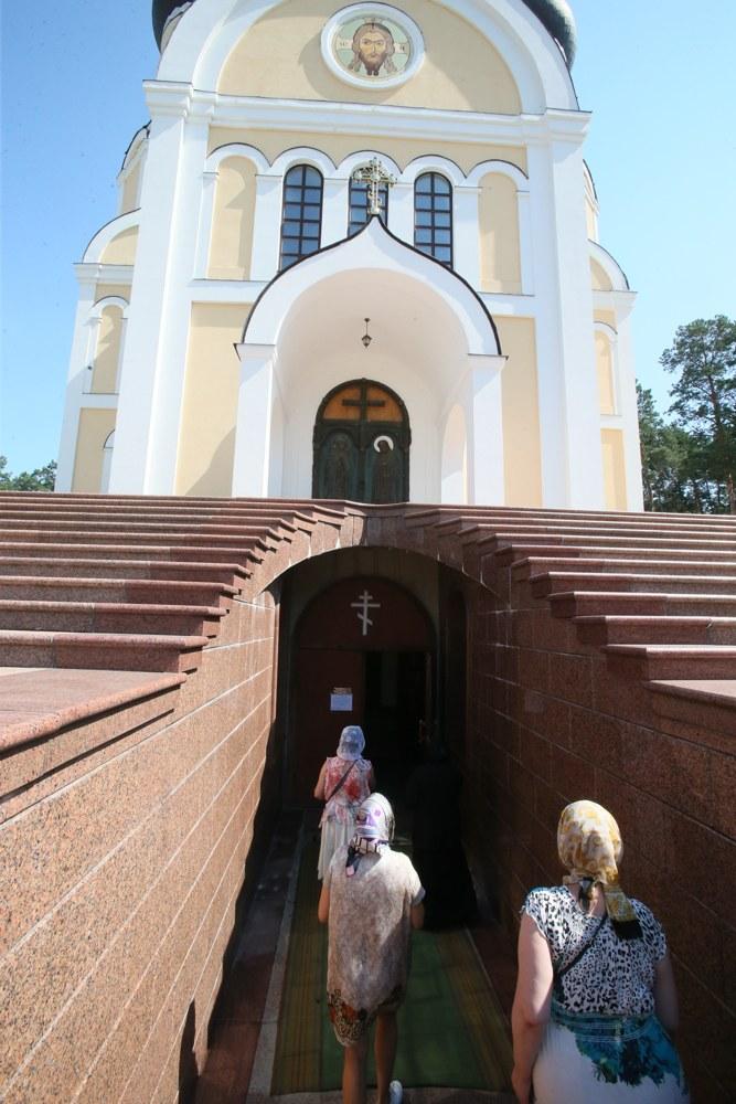 святыни житомира, Вход в главный собор Анастасиевского монастыря