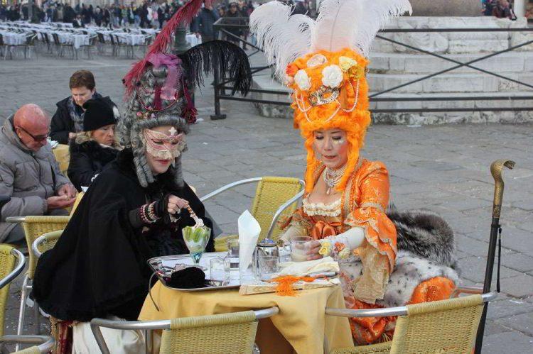 Венецианский карнавал, костюмы, пикник, кафе в Венеции