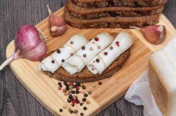 Украинская традиционная еда - сало. Нарезанный бекон