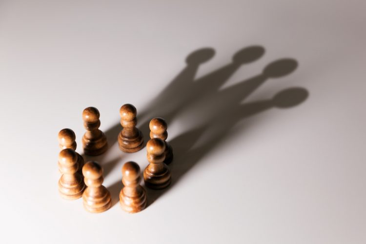 корона, шахматы, игра света и тени