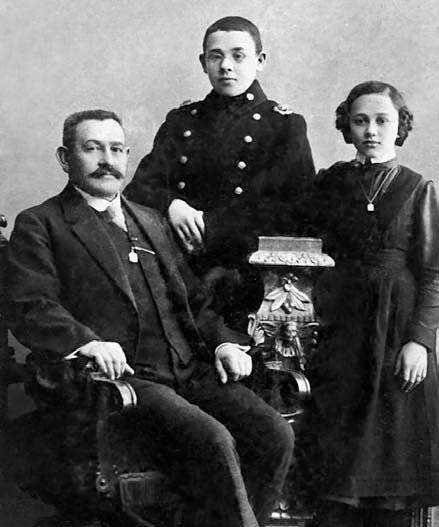 Бабель с отцом и сестрой