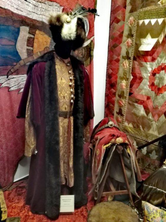 достопримечательности Польши, музей, Подляшье, экспонат из фильма Огнем и мечем, костюм Богдана Ступки