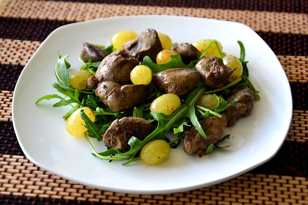 Рецепт дня — теплый салат с печенью и виноградом