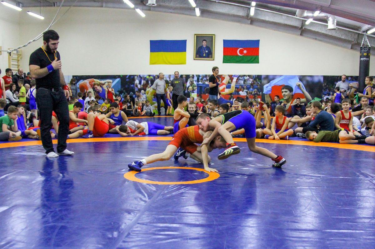 В Киеве юноши и девушки соревновались в вольной борьбе