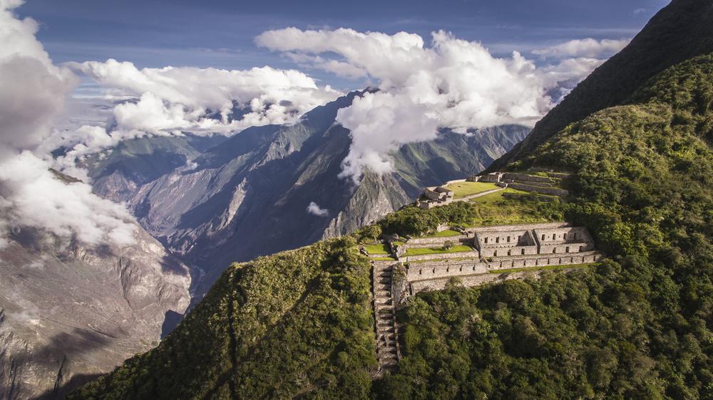 Choquequirao — это инканский участок на юге Перу, похожий по структуре и архитектуре на Мачу-Пикчу
