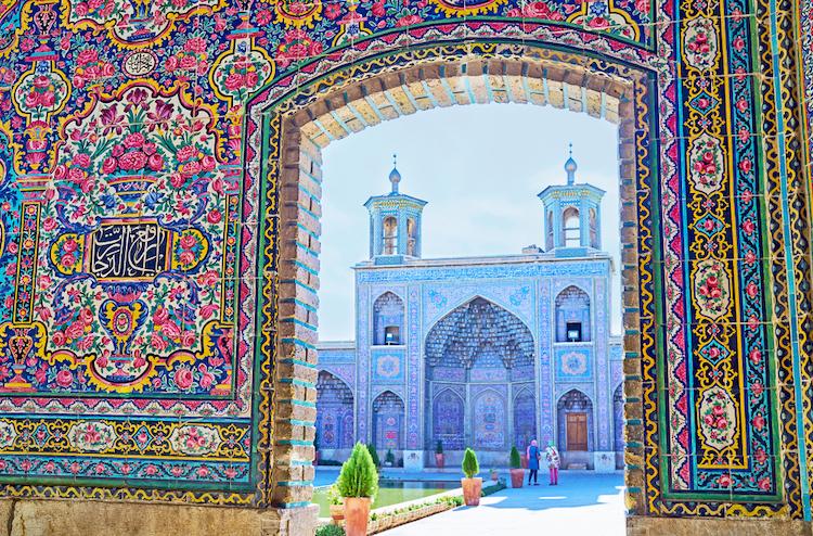 Вид на портал мечети Насир Ол-Молк с двумя маленькими минаретами и украшением мукарны, Шираз, Иран
