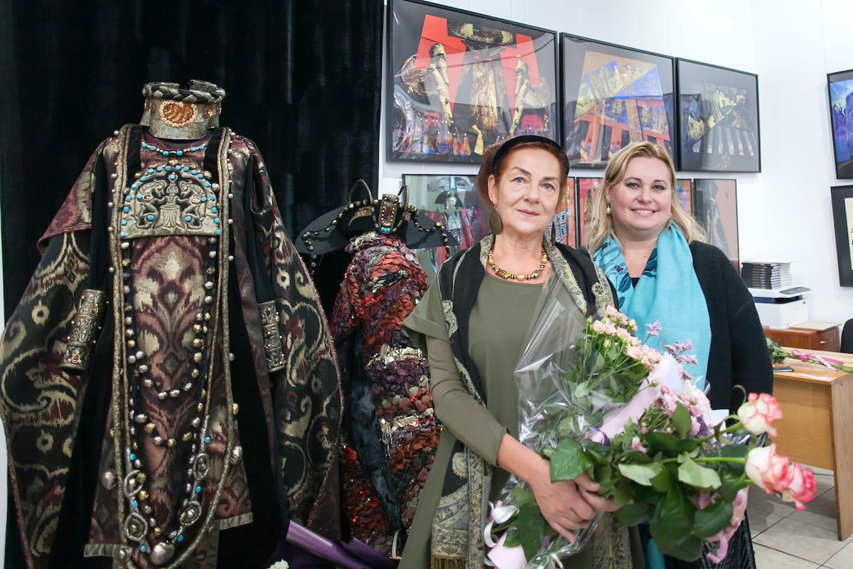 Платья по 15 килограммов и картины, спасающие от депрессии